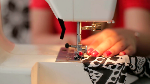 female-hands-sewing-use-the-sewing-machine-close-up_hdvjpshn__F0000.png