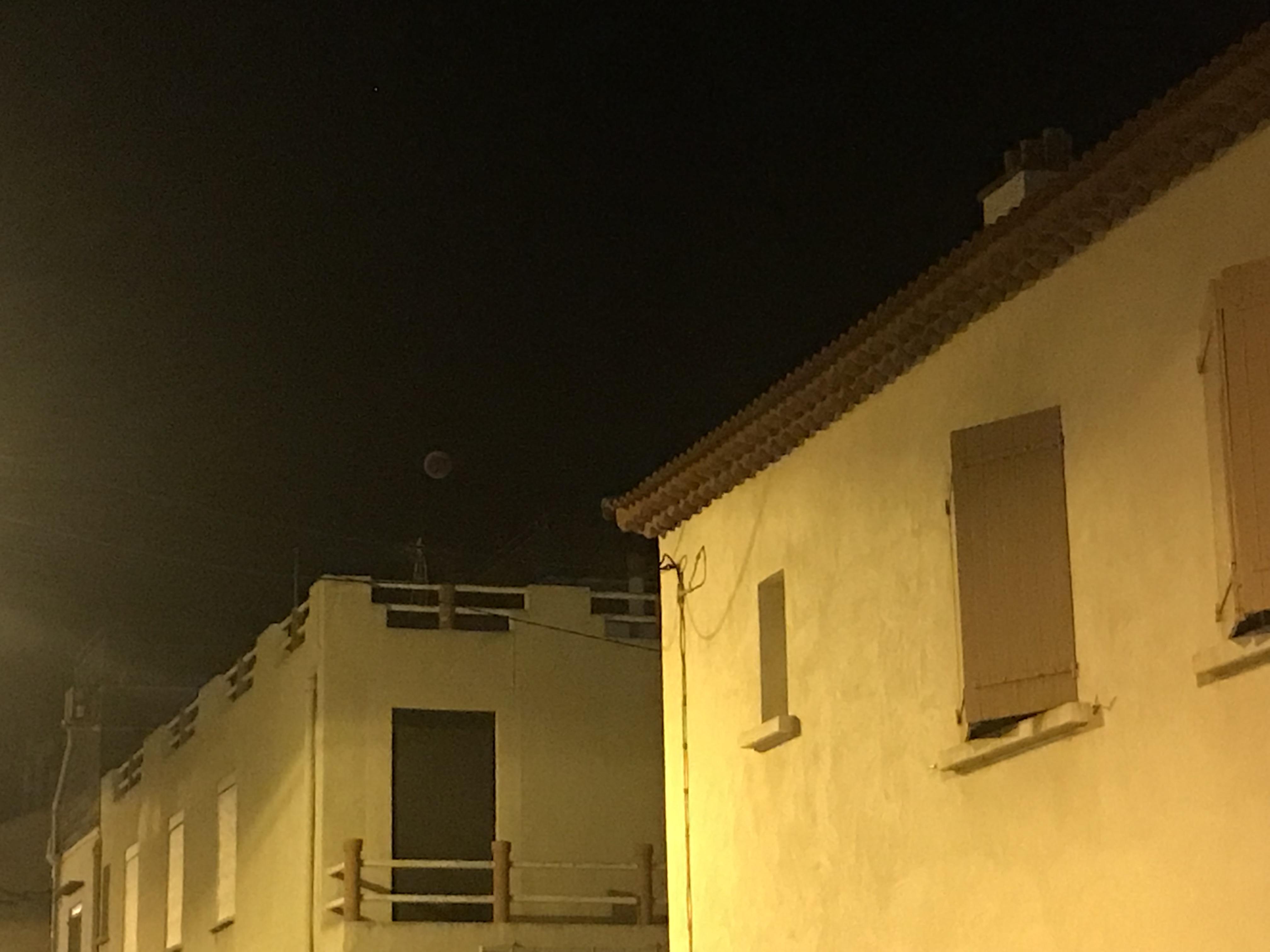 Lune rouge depuis les goudes calanques de marseille.JPG
